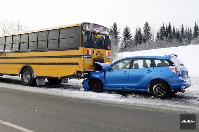 Une automobiliste a percuté un autobus scolaire, vers... (Photo Le Quotidien, Jeannot Lévesque)