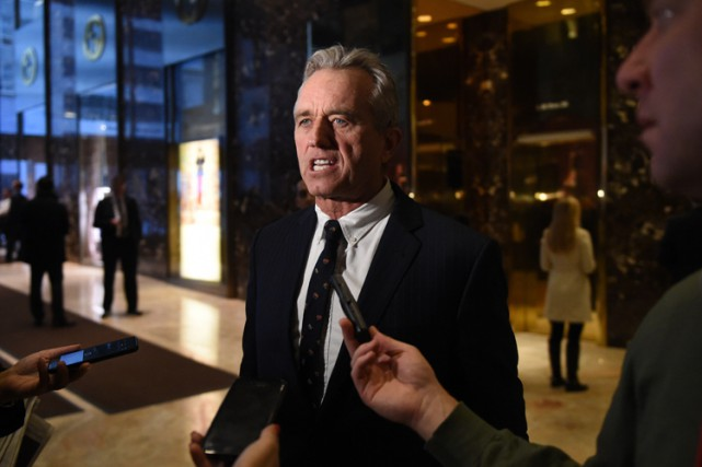 Robert F. Kennedy Jr. discute avec des journalistes... (PHOTO AFP)