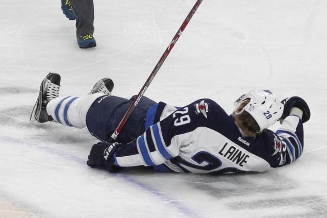 La recrue Patrik Laine, des Jets de Winnipeg,... (AP, Jeffrey T. Barnes)