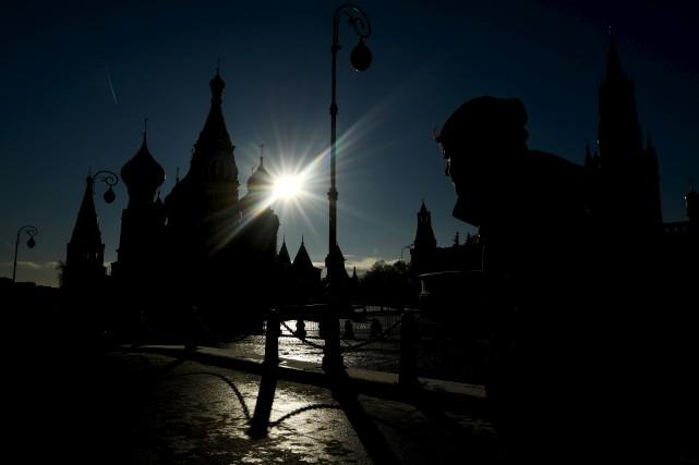 Un homme arpente la Place Rouge, devant la... (AFP, Kirill KUDRYAVTSEV)