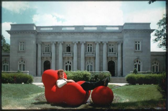 Installé dans le duo fauteuil-pouf La Mamma créé... (Photo tirée des archives de Luc d'Iberville Moreau)