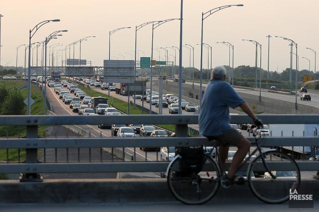 Sur cette photo, un cycliste observe le trafic... (Martin Chamberland, archives La Presse)