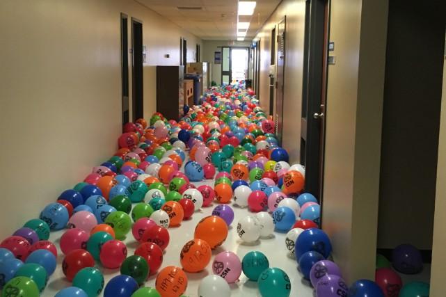 La CSN a remis quelque 900 ballons représentant... (Courtoisie, CSN)