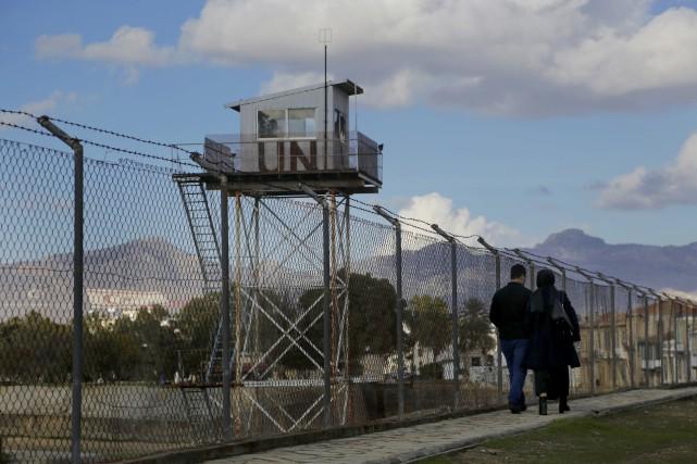Depuis 42 ans, des clôtures séparent les parties... (AP, Petros Karadjias)