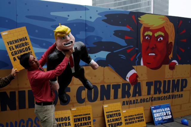 Un manifestant brandit une piñataà l'effigie de Donald... (PHOTO REUTERS)