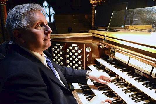Titulaire des grandes orgues à la basilique Notre-Dame... (fournie)
