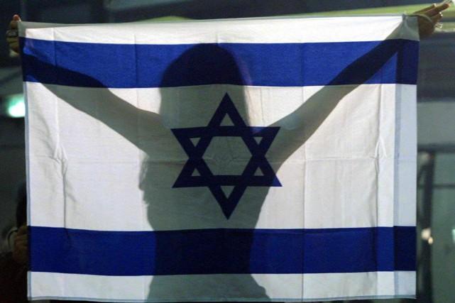 Une femme tient un drapeau israélien à bout... (archives afp)