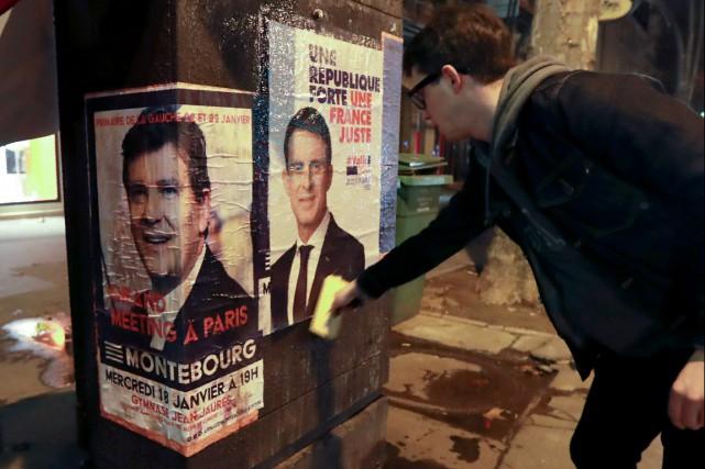L'ex-premier ministre Manuel Valls (affiche électorale à droite),... (photo JACQUES DEMARTHON, AFP)