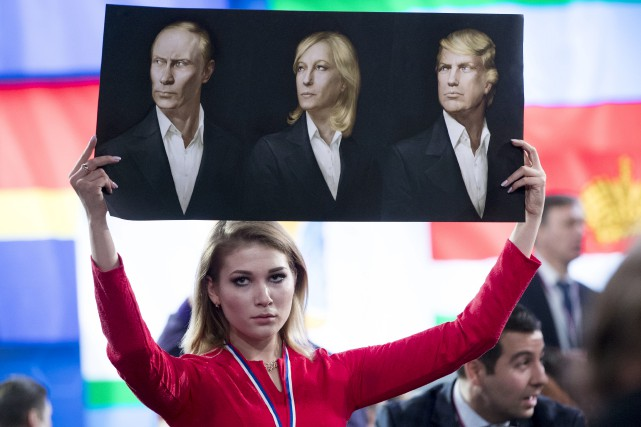 Une journaliste brandit une affiche représentant le président... (AP, Pavel Golovkin)