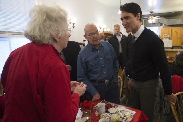 Justin Trudeau dans un restaurant de Manotick, en... (Photo Adrian Wyld, La Presse Canadienne)
