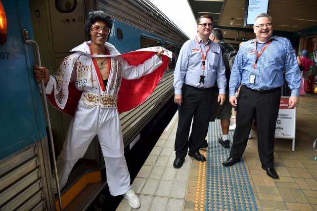 Un fan d'Elvis monte à bord du train... (AFP, Peter Parks)