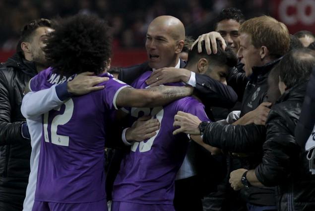 Les joueurs du Real Madrid célébrent le premier... (AP, Angel Fernandez)