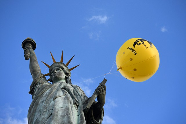 Un ballon à l'effigie d'Edward Snowden a été... (PHOTO Eric FEFERBERG, AFP)