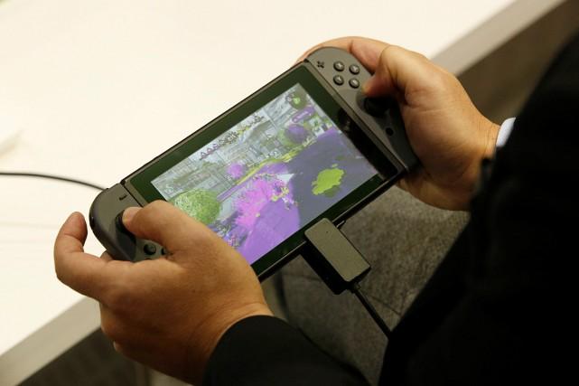 Un homme teste la nouvelle console de Nintendo... (Photo Kim Kyung-Hoon, REUTERS)