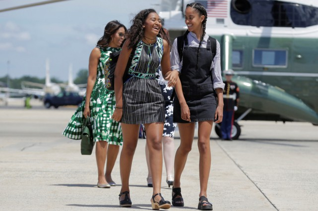 Malia Obama (à droite), 18 ans, a terminé... (photo Joshua Roberts, archives REUTERS)