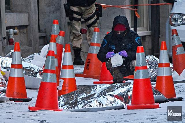 Une technicienne en scène de crime recueille des... (Patrick Sanfaçon, La Presse)