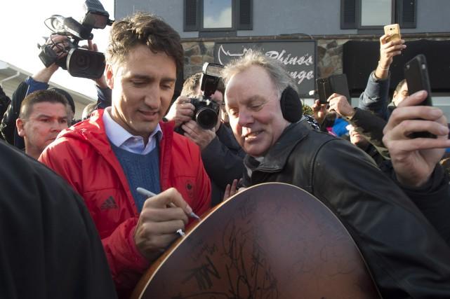Justin Trudeau a notamment rencontré des citoyens vendredi... (Photo Adrian Wyld, La Presse Canadienne)