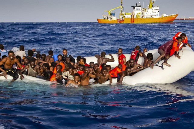 Des migrants ont été rescapés par l'Aquarius au... (Photo archives Associated Press)