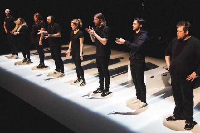 Mani Soleymanlou partage la scène avec sept comédiens... (Photo David Ospina, fournie par la production)
