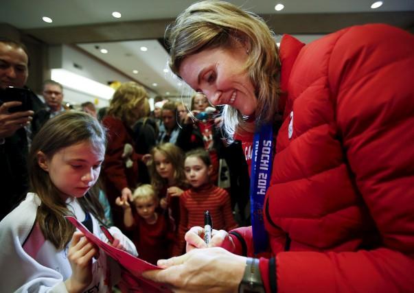 La hockeyeuse Hayley Wickenheiser signe un autographe à... (La Presse canadienne, Jeff McIntosh)