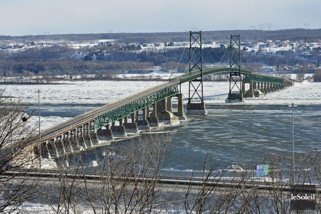 Le ministère des Transports du Québec peut continuer à entretenir le vieux pont... (Le Soleil, Patrice Laroche)
