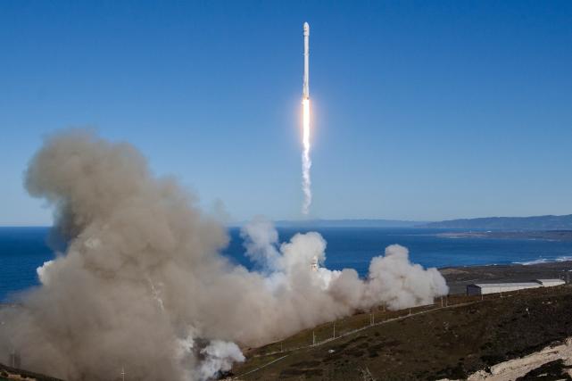 La société américaine SpaceX a lancé avec succès samedi en Californie sa fusée... (AP, fournie par Space X)
