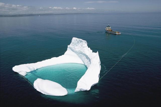 Remorquage d'un iceberg hors d'une trajectoire de collision... (Photographie de Randy Olson, National Geographic)