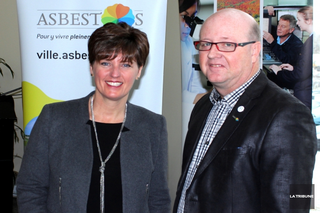 La ministre Marie-Claude Bibeau pose en compagnie du... (La Tribune, Yvan Provencher)