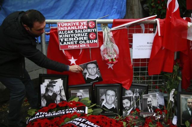 Un mémorial en l'honneur des victimes a été... (PHOTO AP)