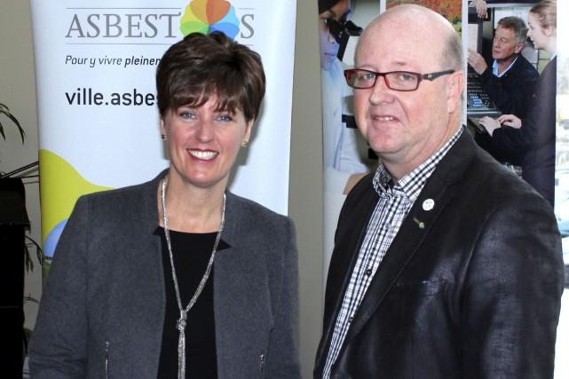 La ministre Marie-Claude Bibeau et le maire Hugues... (La Tribune, Yvan Provencher)