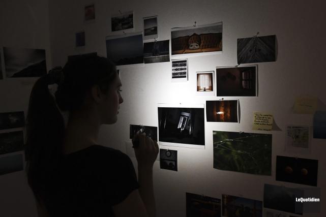 Quelque 300 photos de différents formats sont accrochées... (Photo Le Quotidien, Rocket Lavoie)