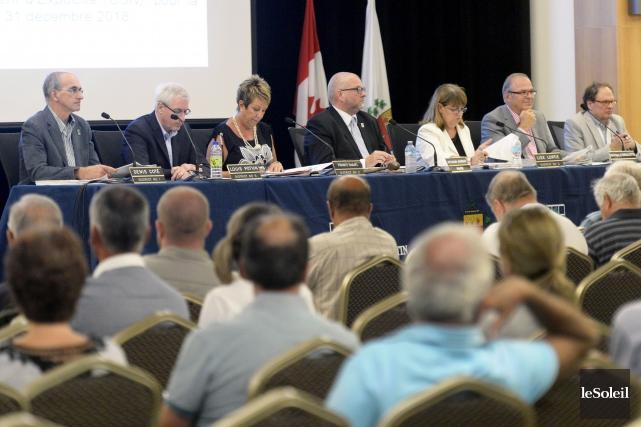Les citoyens présents au conseil municipal de lundi... (Photothèque Le Soleil, Jean-Marie Villeneuve)
