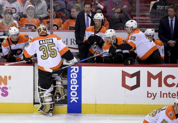 Les gardiens des Flyers de Philadelphie, Steve Mason... (AP, Nick Wass)