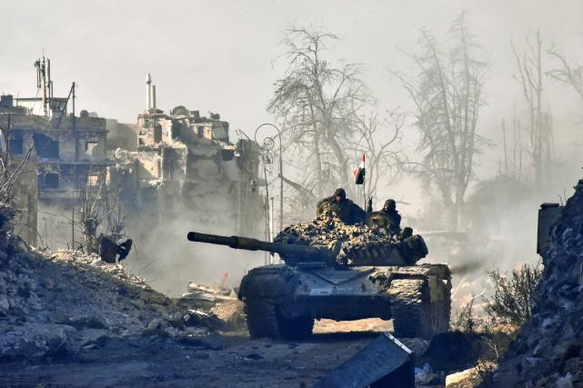 Un tank de l'armée syrienne.... (Photo George Ourfalian, AGence France-Presse)