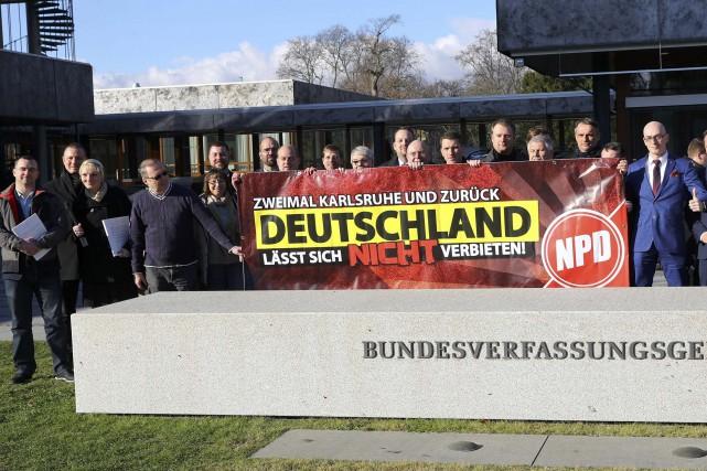 Des membres du NPD prennent la pose devant... (Photo Kai Pfaffenbach, Reuters)