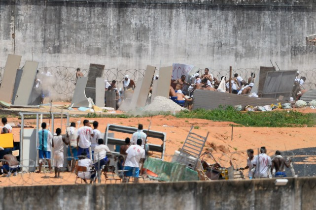 Des détenus se réfugiaient sur les toits. D'autres... (Photo Andressa Anholete, Agence France-Presse)