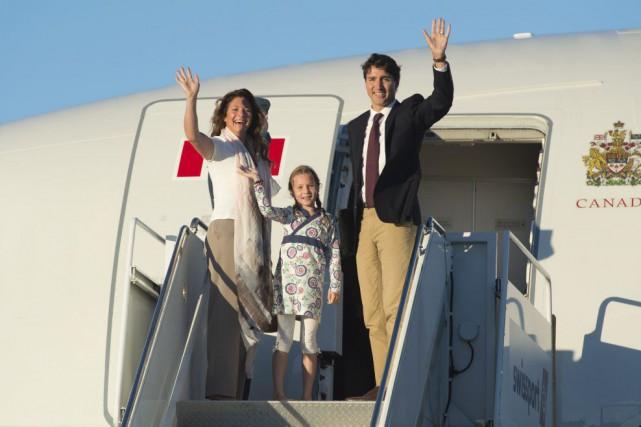 Le premier ministre Justin Trudeau, accompagné de son... (Photo Adrian Wyld, Archives La Presse Canadienne)