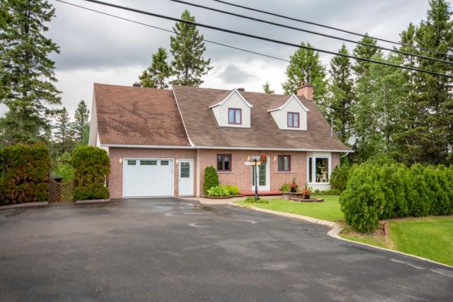 Cette splendide maison canadienne, située en bordure de la rivière Chicoutimi,... (Groupe Sutton - Accès-Plus)