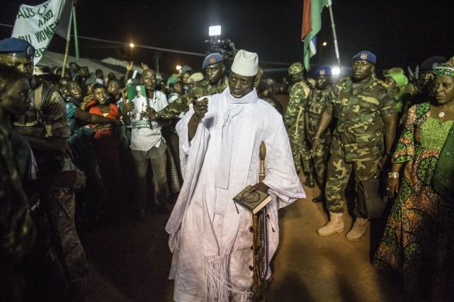 Yahya Jammeh, qui dirige le pays d'une main... (PHOTO MARCO LONGARI, ARCHIVES AFP)