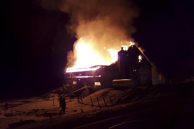 Le bâtiment où se trouvaient environ 8000 poulets... (fournie par Denis Labrecque, Service incendie de Shefford)