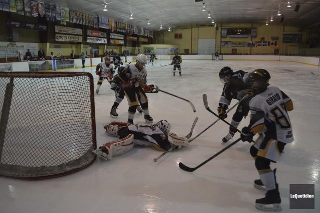 Les Bulldogs de Saint-Félicien et les Rapides de... (Photo Le Quotidien, Louis Potvin)