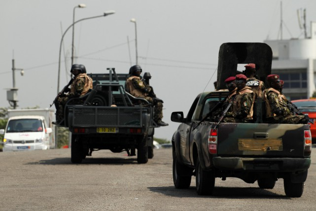 Soldiers of Ivory Coast presidential guard patrol as... (PHOTO LUC GNAGO, REUTERS)
