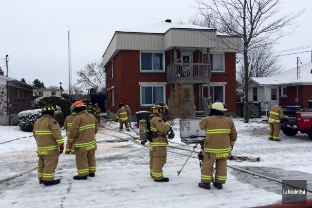 Les pompiers de Granby ont combattu un incendie... (Alain Dion, La Voix de l'Est)