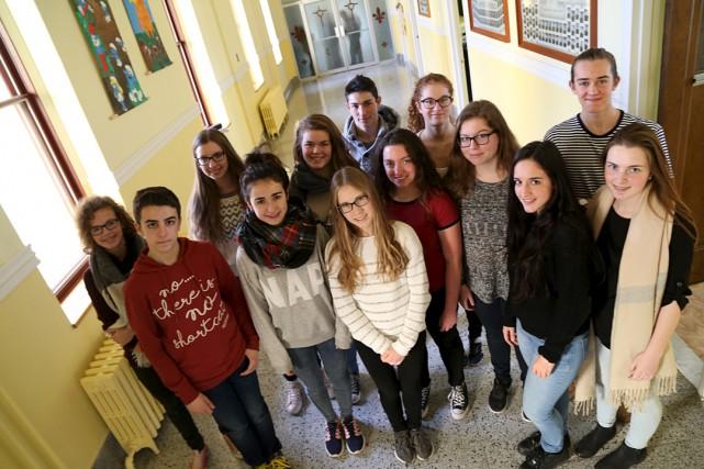 Les étudiants du collège Mont-Sacré-Coeur, en compagnie des... (Photo Janick Marois)