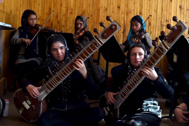 L'orchestre de femmes afghanes Zohra en pleine répétition.... (AFP, Wakil Kohsar)