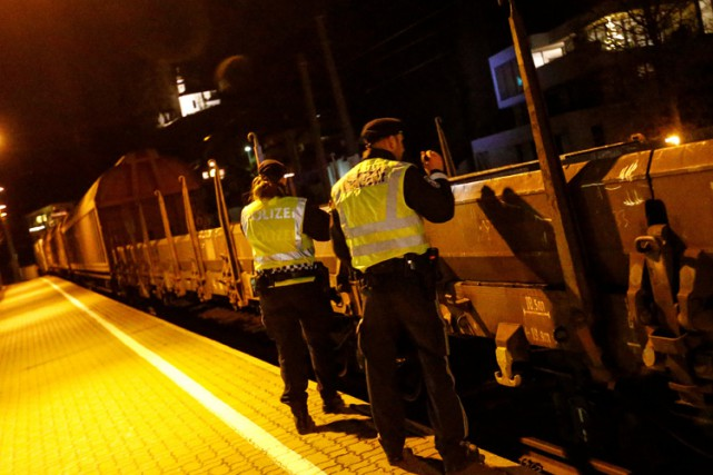 Des policiers autrichiens inspectent un train de marchandises... (PHOTO REUTERS)