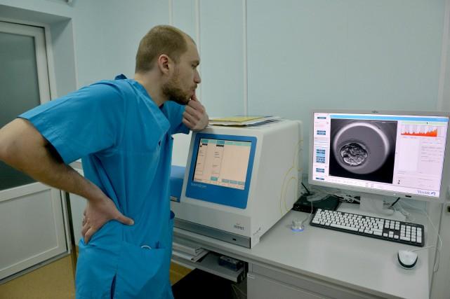 Un bébé est né en Ukraine après avoir... (AFP, Genya Savilov)