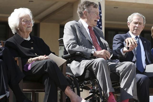 George H. W. Bush entouré de sa femmeBarbara... (AFP, Alex Wong)
