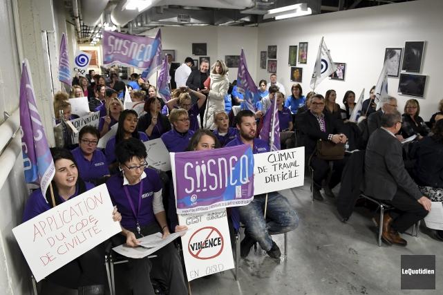 Une soixantaine de syndiqués avaient pris place dans... (Photo Le Quotidien, Rocket Lavoie)