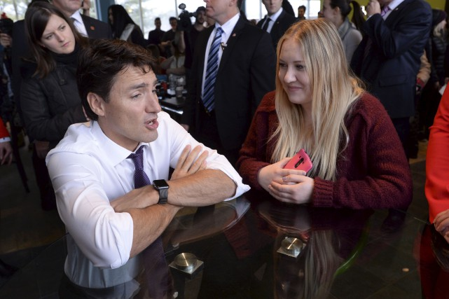Justin Trudeau discutant avec une étudiante à l'Université... (La Presse canadienne, Ryan Remiorz)